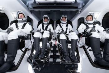 Tàu vũ trụ của Elon Musk suýt chạm trán vật thể lạ