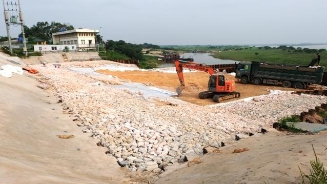 Hà Nội: Doanh nghiệp tiếp tục lỡ hẹn khắc phục sự cố nứt đê sông Hồng