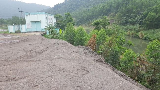 Nhiệt điện Sơn Động đổ trái phép hàng chục nghìn tấn xỉ thải ra môi trường