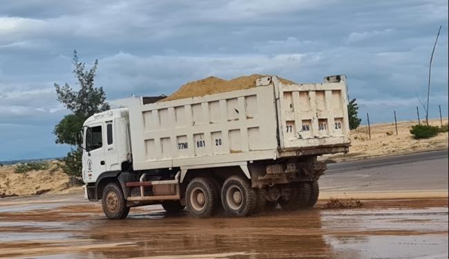 """Đoàn xe tải của Công ty TNHH Hong Yeung Việt Nam """"lộng hành"""" trong Khu kinh tế Nhơn Hội"""