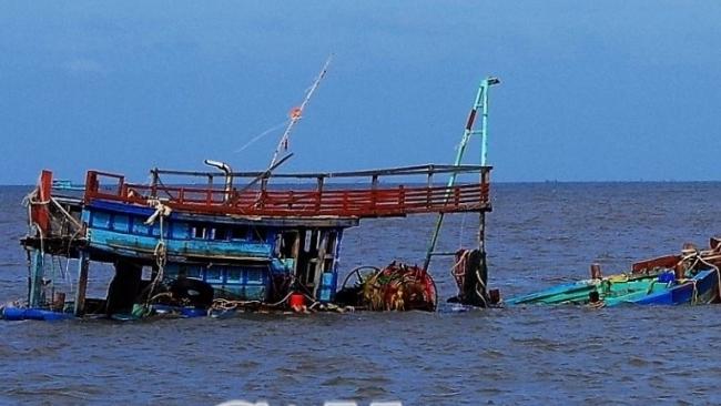 Hai tàu đánh cá của ngư dân Cà Mau chìm trên biển