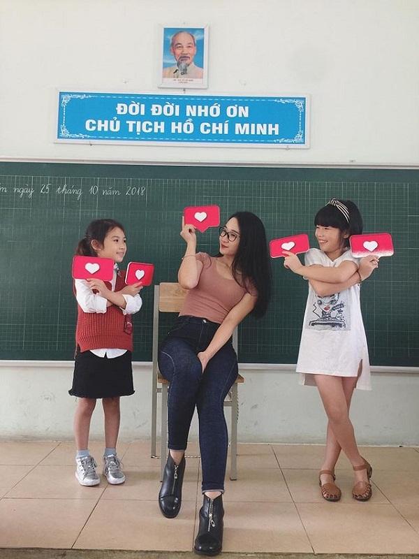 Cô giáo tiểu học quê Thái Bình sáng đi dạy, chiều
