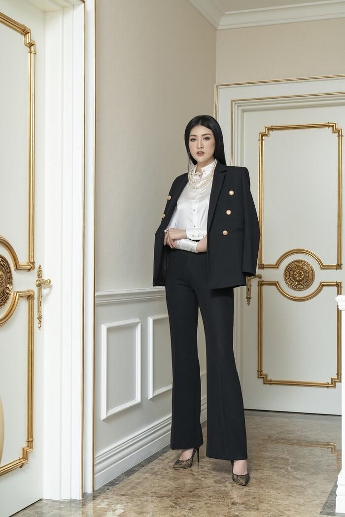 Á hậu Tú Anh đầy quyền lực trong bộ ảnh với trang phục đen/trắng