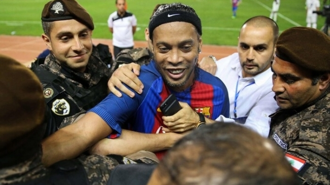 Ronaldinho nhảy múa với trái bóng trong trận Siêu kinh điển đặc biệt