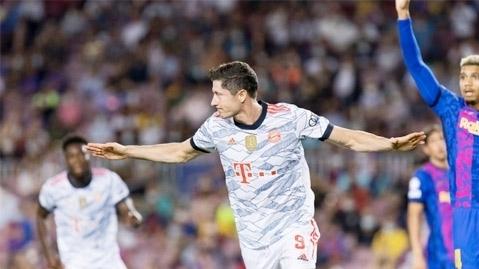 Lewandowksi ghi bàn nhiều hơn cả đội Barcelona