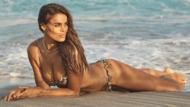 'Gà cưng' của tạp chí áo tắm danh tiếng SI Swimsuit 'bốc lửa' với bikini