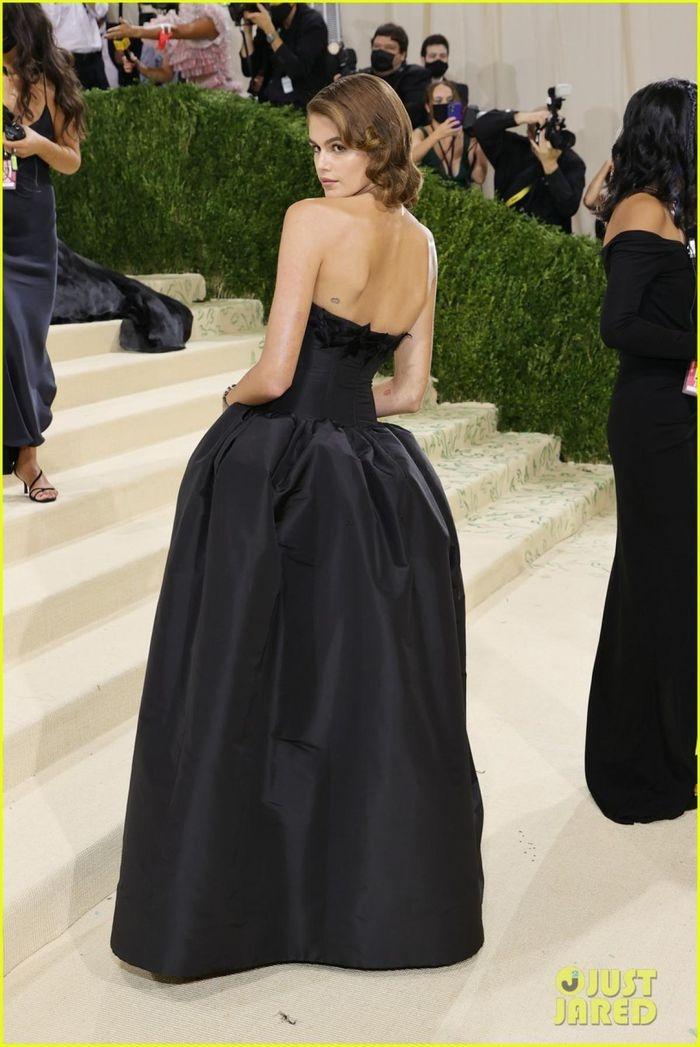Con gái siêu mẫu Cindy Crawford khoe lưng trần quyến rũ tại Met Gala 2021