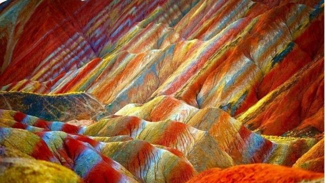 Bạn sẽ không tin... đây là dãy núi cầu vồng nổi tiếng thế giới