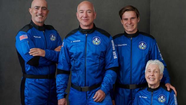 Jeff Bezos: Người giàu nhất Trái đất bay vào không gian