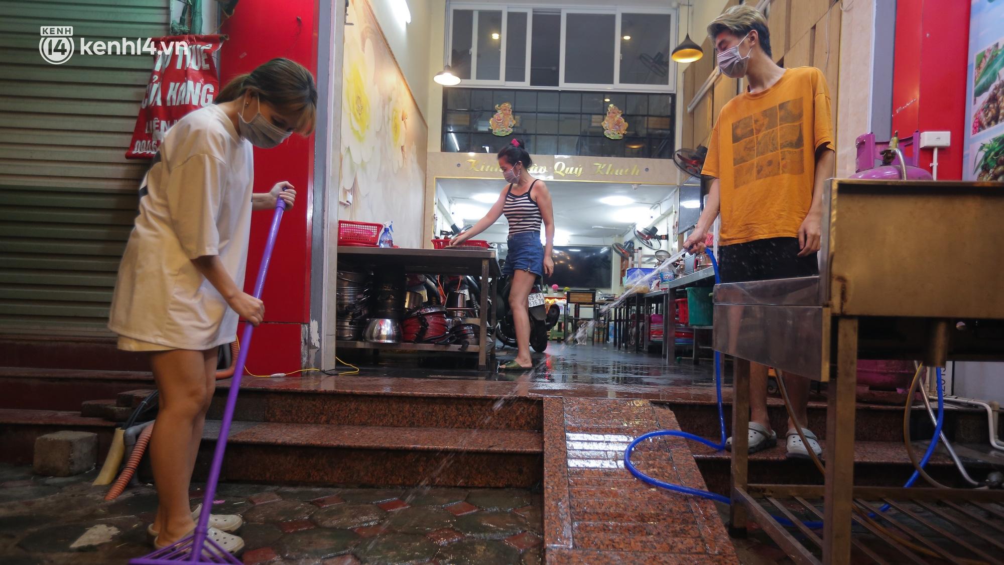 Người Hà Nội phấn khởi dọn dẹp hàng quán ngay trong đêm để mở cửa đón khách trở lại