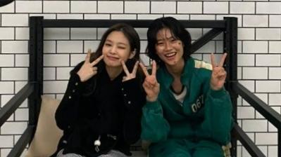 """Sao Hàn ngày 27/9: Bất ngờ tình bạn ngoài đời thực của Jennie (BLACKPINK) và sao nữ """"Squid Game"""" Jung Ho Yeon"""
