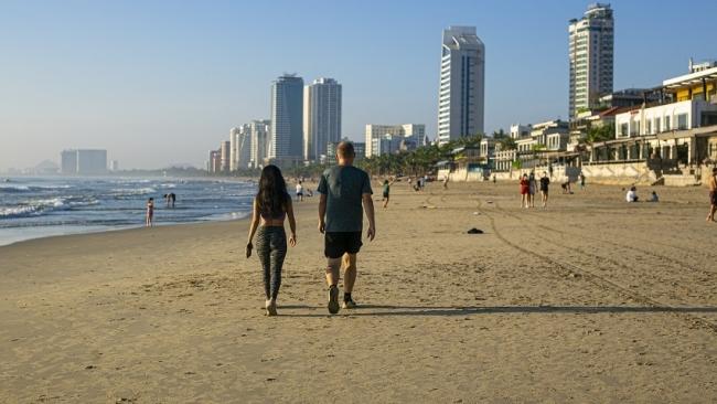 Bãi biển Đà Nẵng nhộn nhịp người qua lại sau thời gian dài thực hiện giãn cách