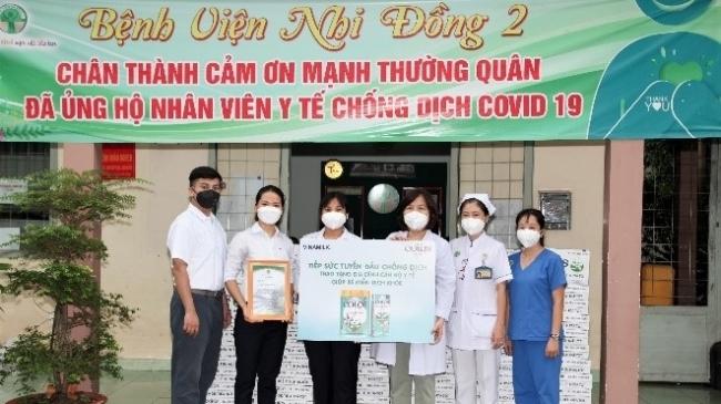 Vinamilk trao tặng 50.000 sản phẩm Vinamilk ColosGold cho con em cán bộ y bác sĩ tuyến đầu