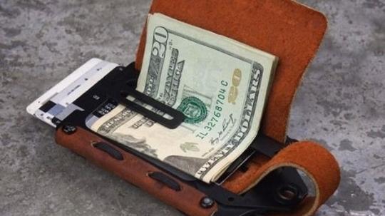 Hai người du khách và chiếc ví