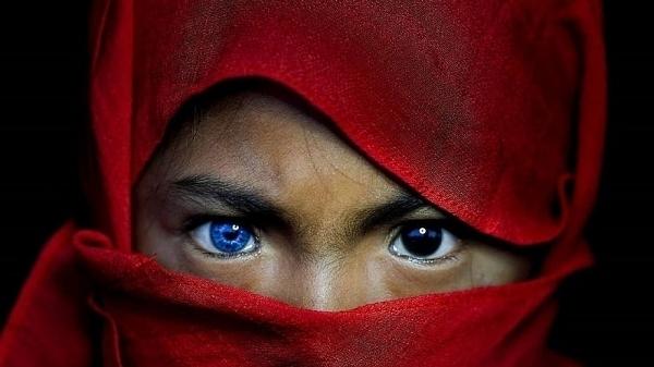 Một số người dân tộc Indonesia sở hữu đôi mắt xanh kỳ lạ